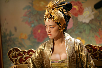 Omnipotent film critic reviews curse of the golden flower man gong li as an empress that makes meryl streeps character in the devil wears prada mightylinksfo